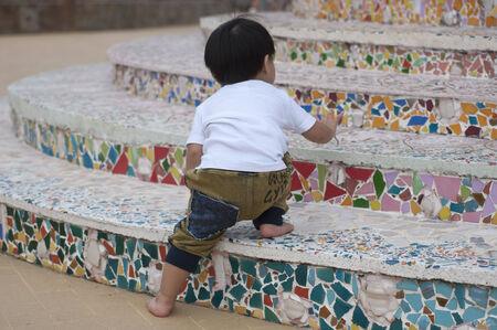 계단에서 소년 등반