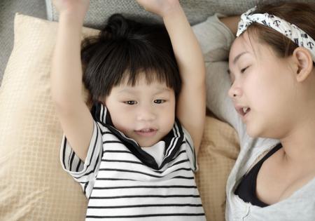 ni�o cantando: La madre y el ni�o cantando una canci�n: El enfoque suave