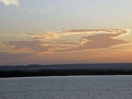 1 월의 아마존 강에서의 일몰
