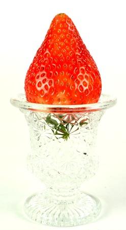 白い背景の上のガラスのホルダーでイチゴ。 写真素材