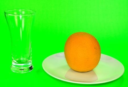 プレートとジュースを待っているガラスにオレンジ。