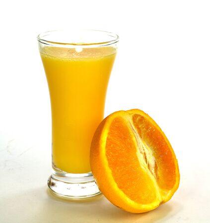 スライス オレンジ、ジュースのグラス。