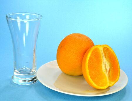 スライスしたオレンジと空のグラスと単一のオレンジ。