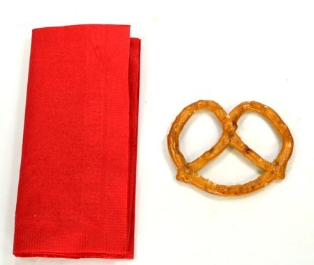 プレッツェルと白地に赤いナプキン。