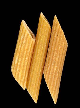 3 つの異なる小麦ペンネは、黒の背景に貼り付けます。 写真素材
