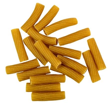 白い背景のリガトーニ全粒小麦パスタ。