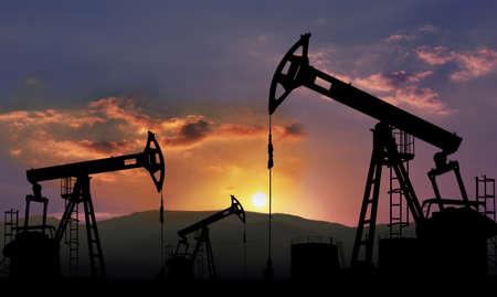 torres petroleras: yacimiento de petr�leo con el gato de la bomba, la industria petrolera Foto de archivo
