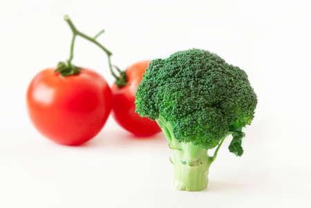 tomates: brócoli y tomates frescos aislados en el fondo blanco