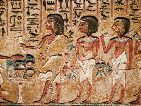 Gros plan des sculptures et des hiéroglyphes égyptiens antiques