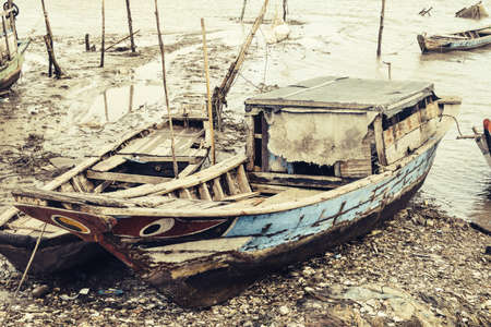 Old abandoned boats at the shore Imagens