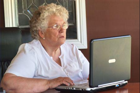 Senior mujer que trabaja en port�til