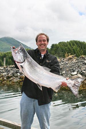 pescador feliz con sus grandes capturas.  Foto de archivo