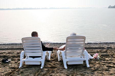 la novia y prepara sentarse en la playa