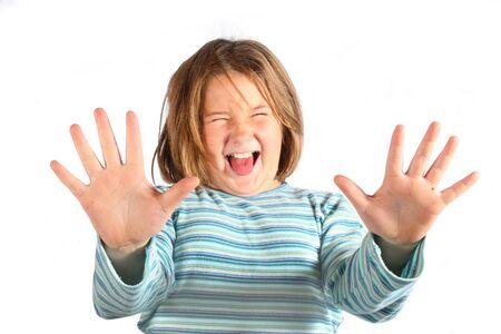 muchacha joven que hace una cara divertida en la c�mara fotogr�fica