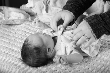 una madre que cambia su pa�al de los beb�s