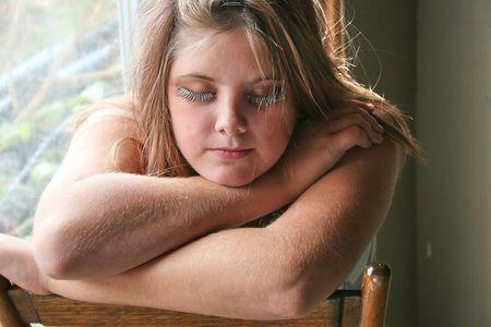 Sad adolescente sentado solo en casa