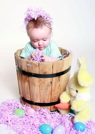 un beb� jugando en la celebraci�n de pascua cosas.