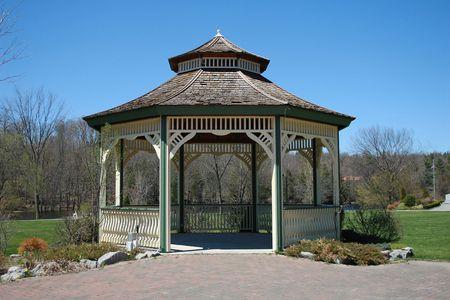hermoso gazebo en un bonito parque. Cielo azul de fondo. Foto de archivo