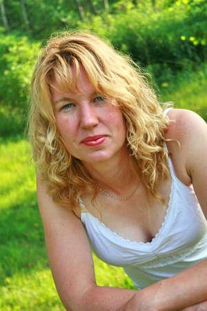Blonde bella mujer con expresi�n grave,  Foto de archivo