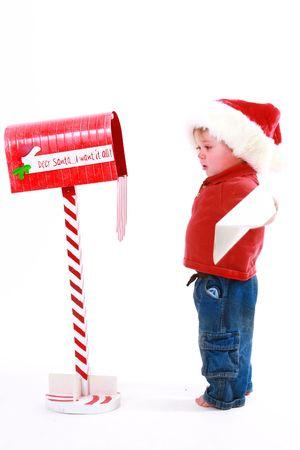 Little chico de correo una carta a Santa Claus  Foto de archivo