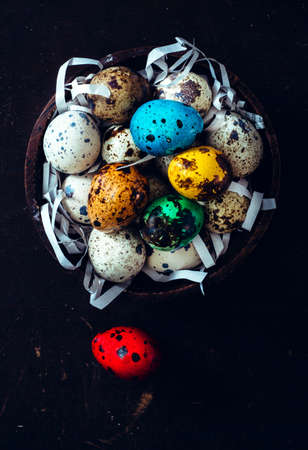 Decorative Easter eggs in the wooden bowl from above 版權商用圖片