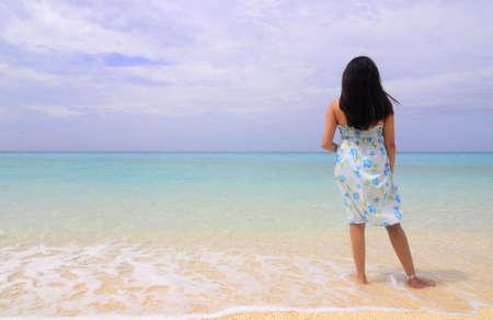 보라카이 섬, 필리핀의 해안선에 의해 서있는 레이디