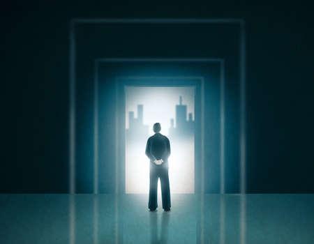 문 입구에 서있는 비즈니스 양복에 남자가