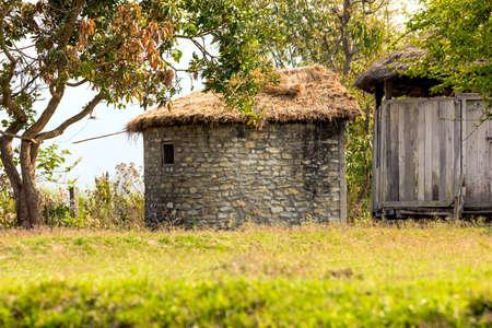 Maison de mur en pierre et maison en bois avec le beau fond, chiwan Népal