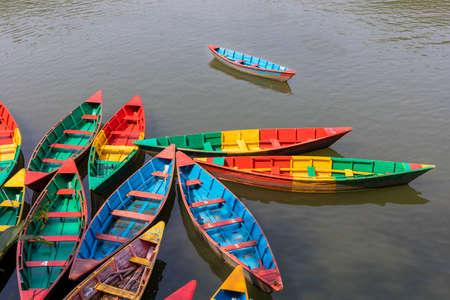 Colorido aparcamiento de barcos de Nepal en el lago Phewa de Pokhara Nepal