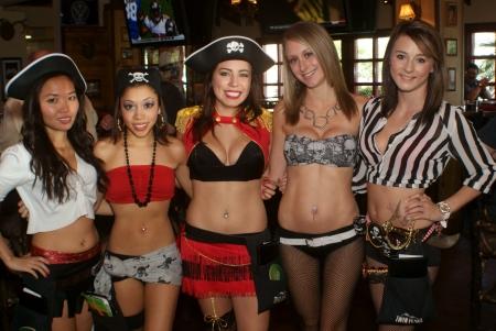 mujer pirata: Las mujeres jóvenes piratas que se vestían con ropa únicas y trabajaban en el restaurante.