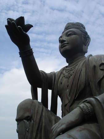 lantau: La statua femminile celeste offre fiori a Plateau Ngong Ping, Lantau Island, Hong Kong