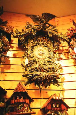 cuckoo clock: Reloj de cuco en Alemania Foto de archivo
