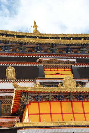 gilded: Tibetan building with gilded roof in the Tashilhunpo monastery, Shigatse, Tibet
