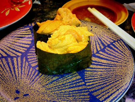 pilluelo: sushi de erizo de mar