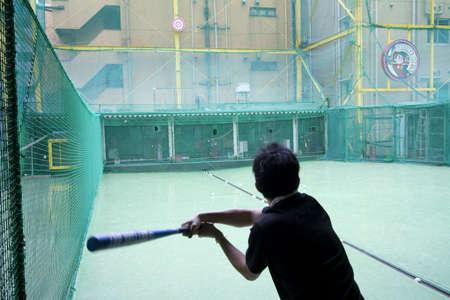 red: Jugar b�isbol bajo techo en Tokio Foto de archivo