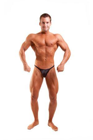 junge Bodybuilder, die sich ausgibt