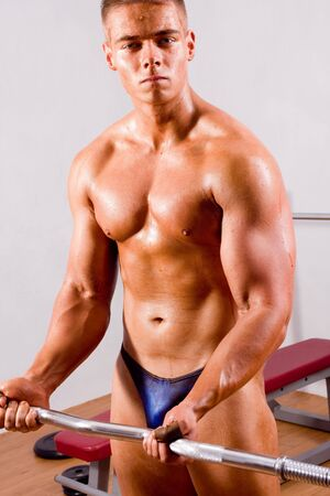 principiante fisicoculturista en un gimnasio de formación  Foto de archivo - 6964608
