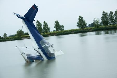 transporte terrestre: accidente de avión en un lago