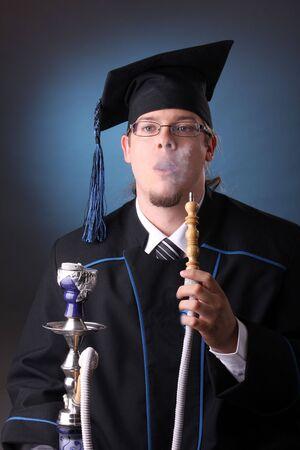 junger Mann nach seinem Abschluss mit Shisha