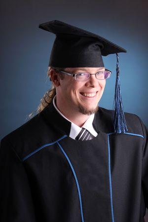 junger Mann nach seinem Abschluss