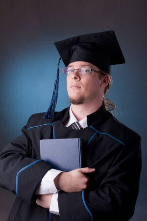 Junge Graduation Mann mit Buch  Standard-Bild