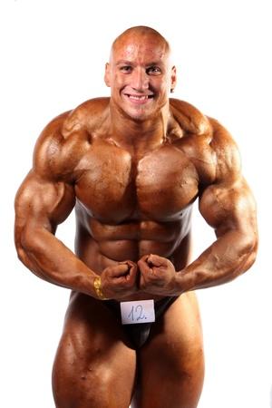 bodybuilder posant sur fond blanc