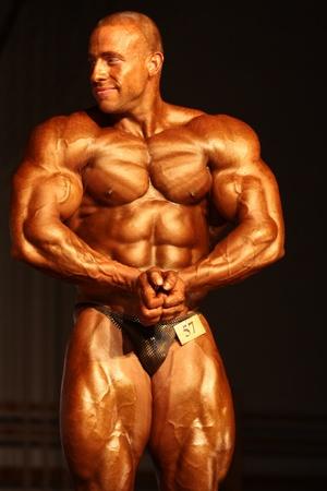 MAKO, Ungheria - 28 maggio: Szalma Attila partecipa nella categoria 100 kg WBPF bodybuilding campionato il 28 maggio 2011 Mako, Ungheria