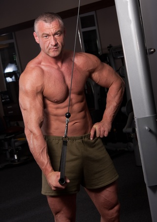 Bodybuilder exercising in ein Fitness-Studio Lizenzfreie Bilder