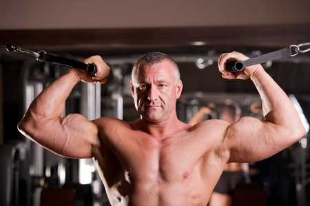 Bodybuilder Training in einem Fitness-Studio