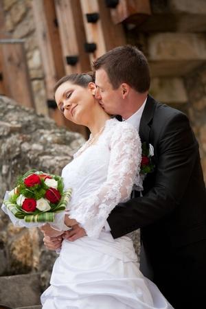 besos apasionados: pareja joven hermosa de la boda al aire libre