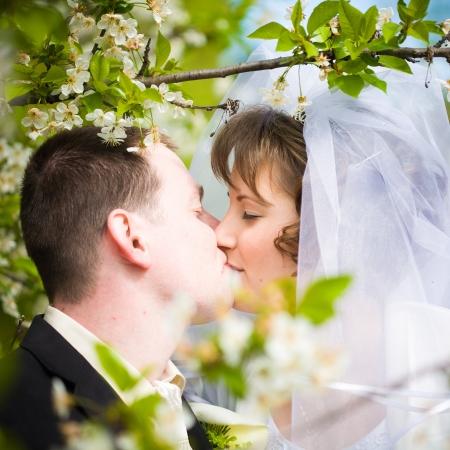 jovem casal lindo casamento ao ar livre