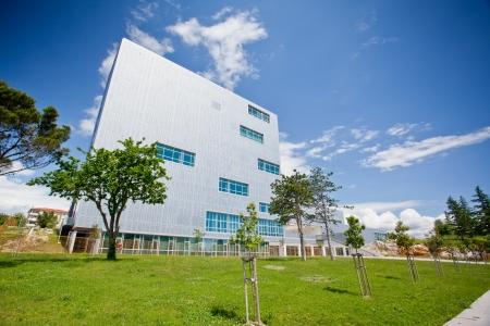 sustentabilidad: Moderno edificio de oficinas con el cielo azul Foto de archivo