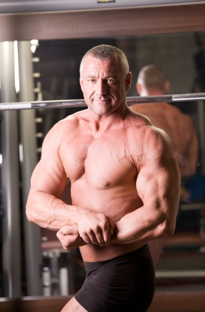 Bodybuilder posiert in einem Fitness-Studio