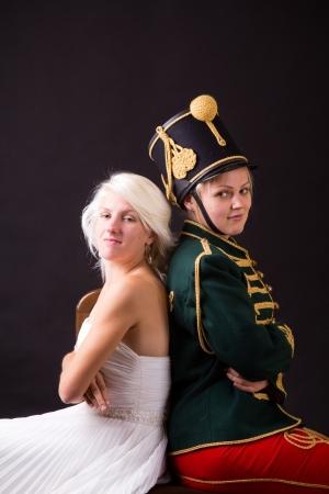 cavalryman: hermosa novia y el h?sar posando en el estudio